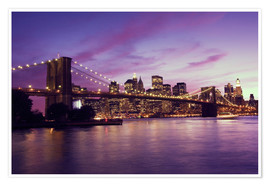 Brooklyn Bridge und Manhattan im lila Sonnenuntergang